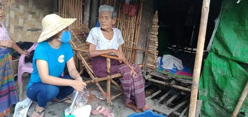 接受食物及防疫用品支援的Daw Yi在她家門外分享自己的故事